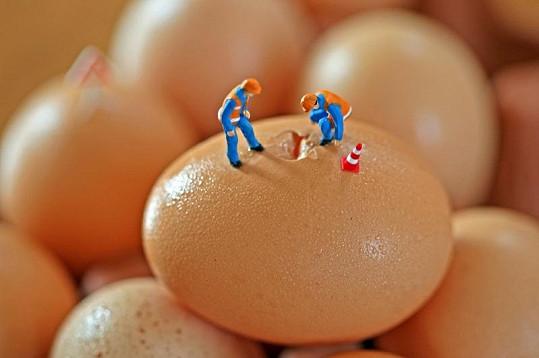 Dělníci na prasklém vejci.