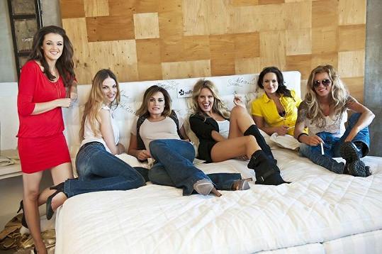 Modelky v jedné posteli.