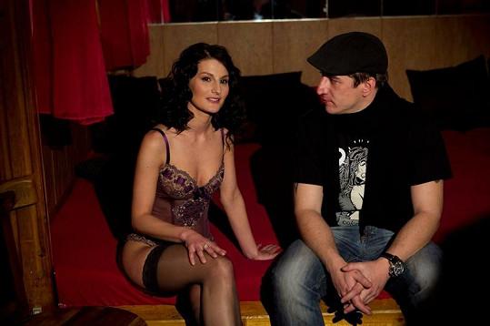 Na Nikol Šobichové mohl televizní reportér Tomáš Kraus oči nechat.