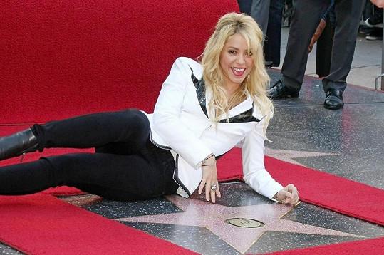Shakira na hollywoodském chodníku slávy odhalila svou hvězdu.