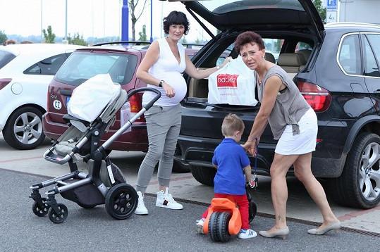 Salačová s maminkou nakládají věci do auta.