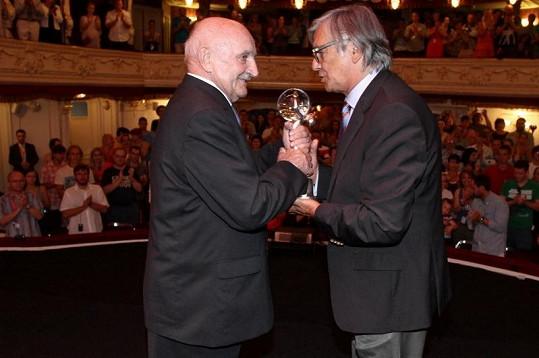 Josef Somr převzal z rukou prezidenta karlovarského festivalu Křišťálový glóbus.