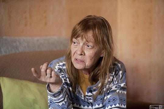 Jana Šulcová si ve filmu Kobry a užovky zahraje zničenou matku dvou synů, která o sebe vůbec nedbá.