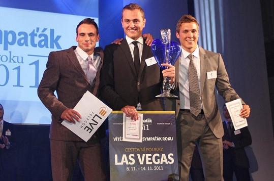 Vítězná trojice si blesky fotoaparátů užívala.