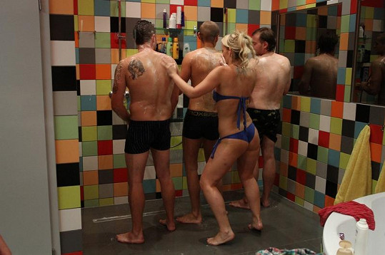 Eva řádila s klukama ve sprše.