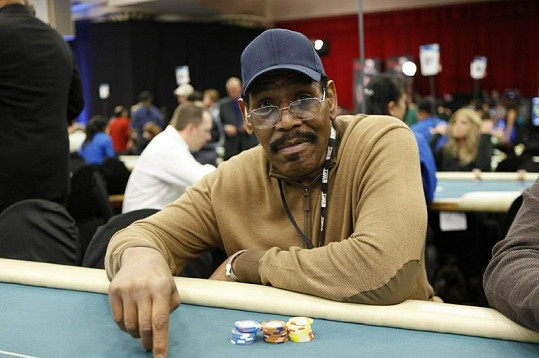 Bubba Smith na pokeru.