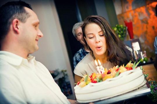 Monika s narozeninovým dortem.