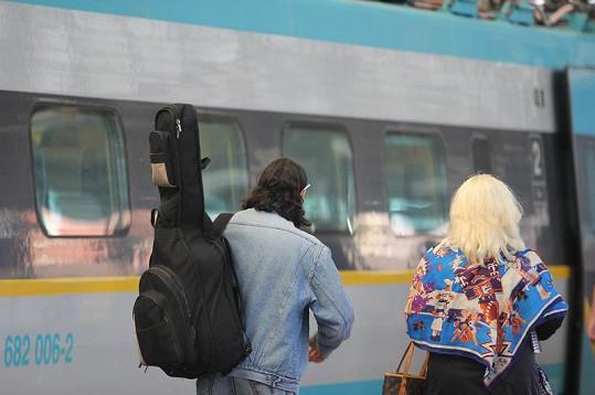 Ruda z Ostravy s Kateřinou Hamrovou odchází z nástupiště.