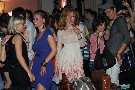 Aňa Geislerová tančila s kamarádkami.