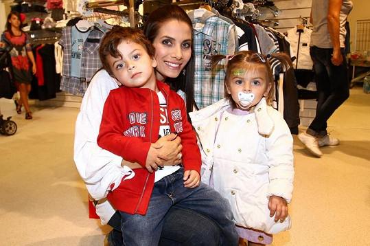 Eva Decastelo se svými dětmi.