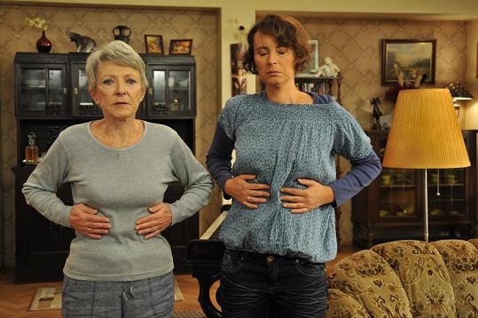 Jana Štěpánková a Lenka Vlasáková nacvičují dýchání při józe.