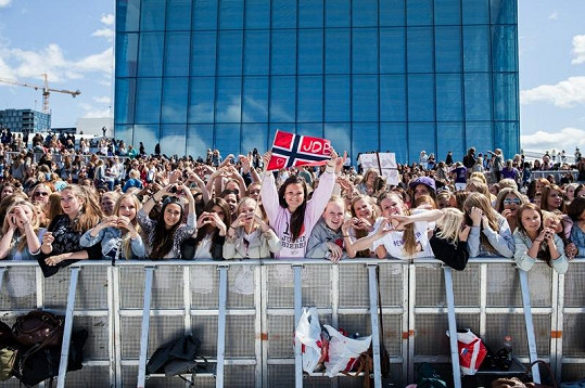 Koncert v Oslu pod otevřeným nebem se změnil v davovou hysterii.