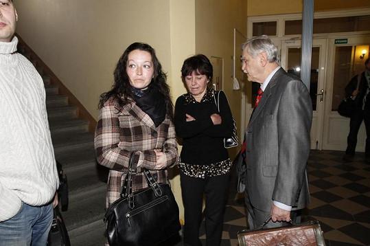 Olga Rotreklová s dcerou a právníkem.