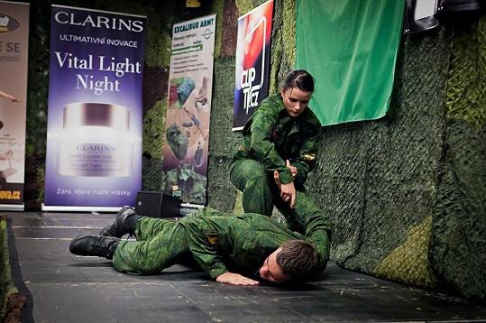 Vicemiss Army Michaela Vojáčková při své volné disciplíně.