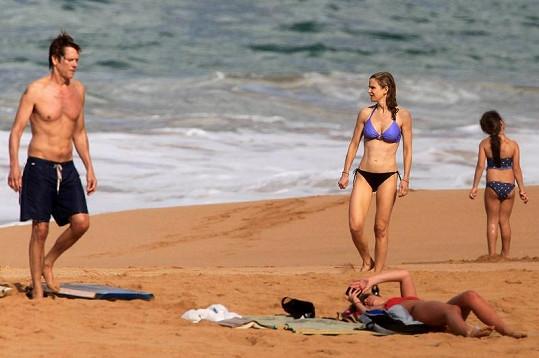 Kevin i jeho manželka Kyra mají vypracované břišní svalstvo.