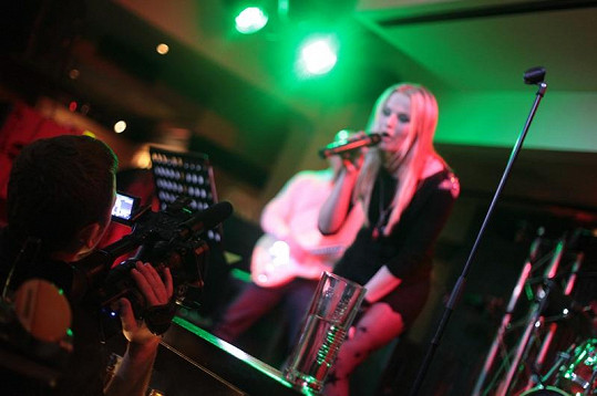 Kamila při vystoupení v Hard Rock Cafe.
