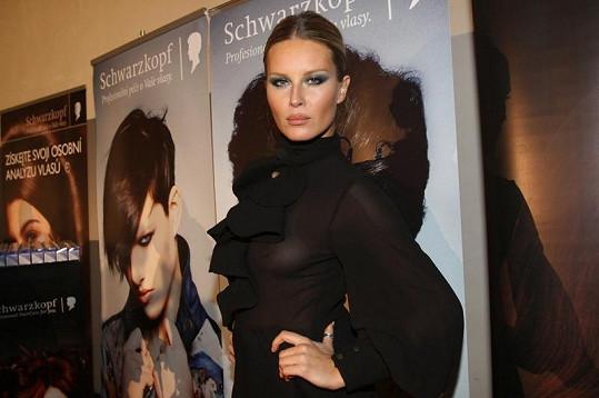 Simona Krainová v pořádně odvážných šatech.