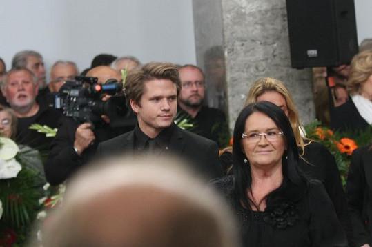 Hana Gregorová a Ondřej Brzobohatý na pohřbu Radoslava Brzobohatého. Hana Gregorová se pokusila i o nepatrný úsměv.