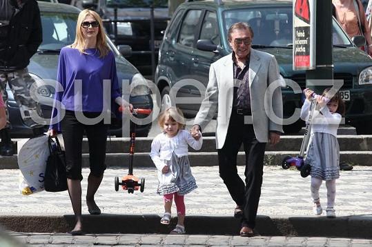 Karel Gott s manželkou Ivankou a dcerkami Charlottkou a Nelly jdou na oslavu narozenin