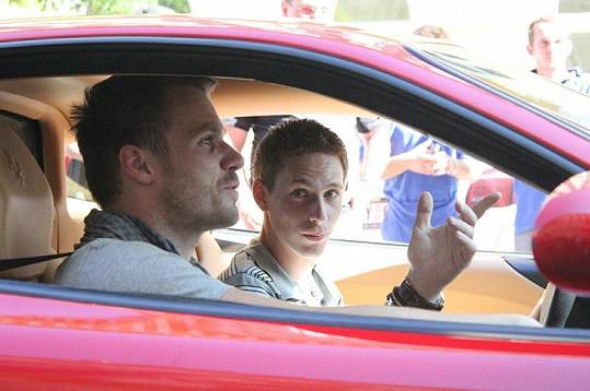 Leoš Mareš vysvětluje Ondřeji Pacholíkovi, jak musí s vozem zacházet.