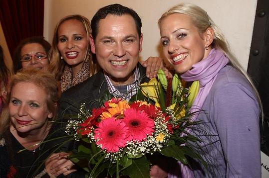 Pavel Vítek v obklíčení krásných žen.