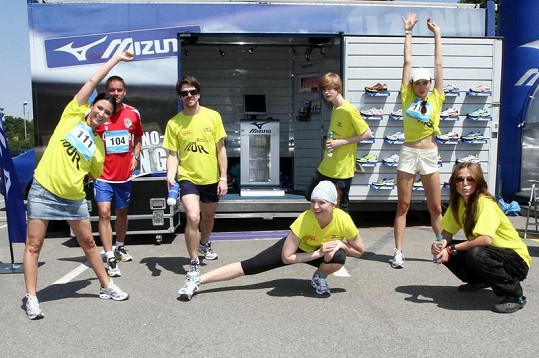 K bývalým kolegům se Pavla (vpravo dole) připojila na běhu v Brně.