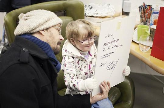 Dan věnoval malé Markétce podepsanou fotografii jedné ze svých vážek.