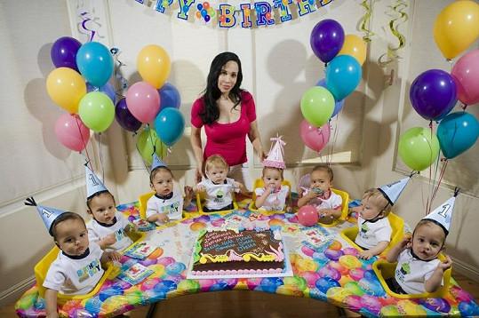 Nadya Suleman a její osmerčata během oslavy prvních narozenin.