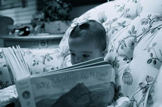 Roztomilá Monroe si prohlíží knížku.