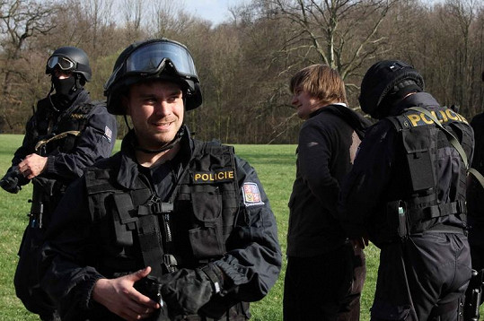 Roman Buťa v roli policisty zatkl Lukáše Venclíka.