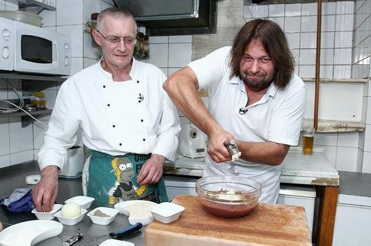 Pomejemu pomáhal kuchař Zdeněk z hospody U Houmra.