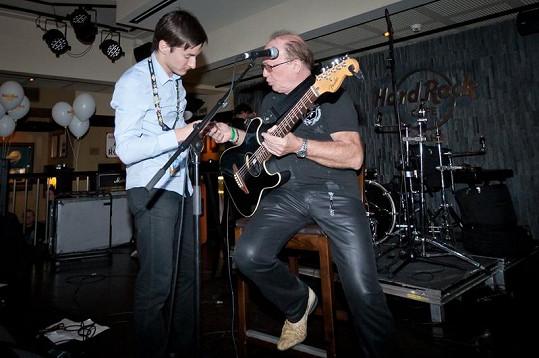 Petr Janda měl problémy s kytarou.