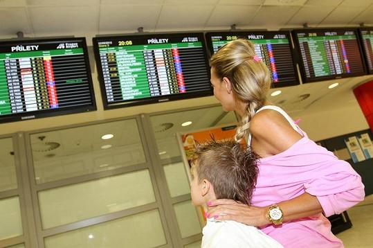 Na tabuli příletů Martina se synem Antoniem sleduje, jestli letadlo s jejím miláčkem už přistálo.