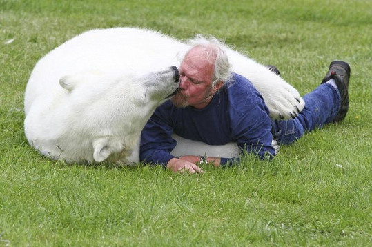 Agee Marka občas i políbí.