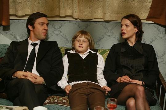 Andrea Kerestešová, Roman Vojtek a jejich seriálový syn ve třetí sérii. Píší se léta sedmdesátá.