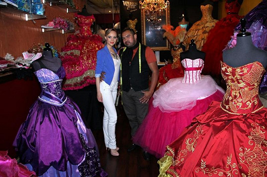 Z fittingu u návrháře Wilhelma Zedy, v srpnu se koná v rámci Miss velká módní přehlídka.
