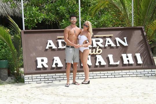 Peter s krásnou českou manželkou Monikou na líbánkách na Maledivách.