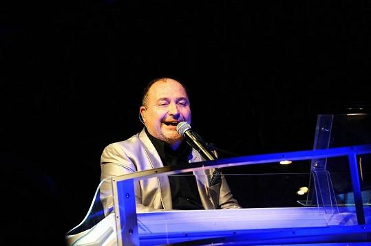 Michal zpíval většinu času za klavírem.