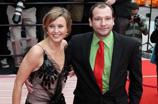 Marek je prý ve skutečnosti velmi stydlivý a bojí se oslovit ženu. Na snímku s hereckou kolegyní Jitkou Schneiderovou.