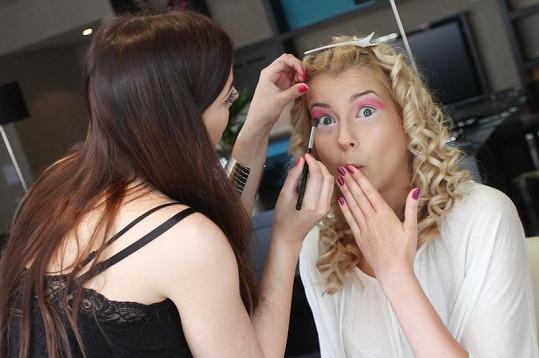 Vizážistka Martina Bartošková vytváří Jitce make-up připomínající panenku na hraní.