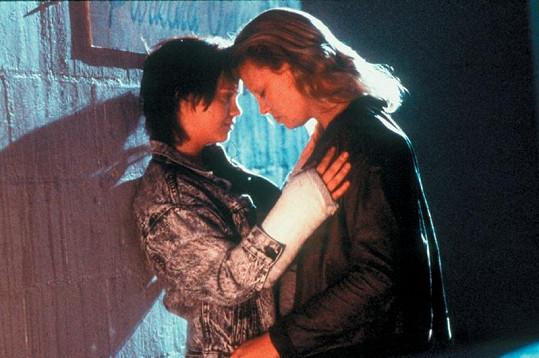 Charlize Theron (vpravo) a Christina Ricci ve Zrůdě.