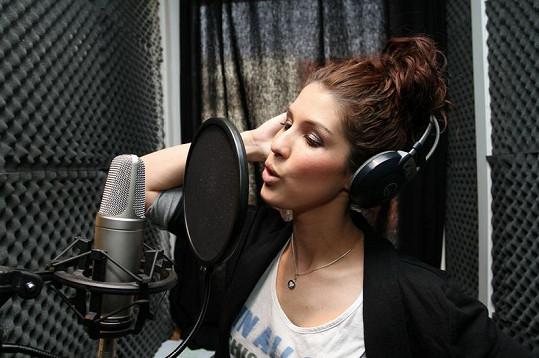 Victoria nahrává ve studiu novou píseň. Bude poprvé v češtině.