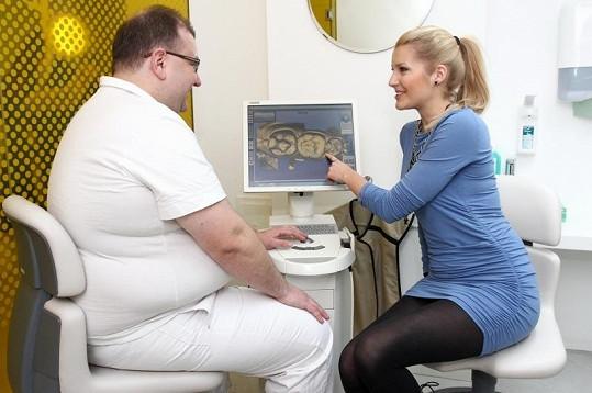 Jitka si se zájmem prohlédla snímky svého chrupu.