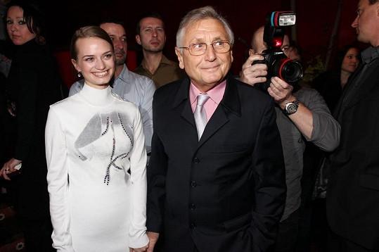 Jiří Menzel dokonce ruku v ruce s další sympatickou blondýnku.