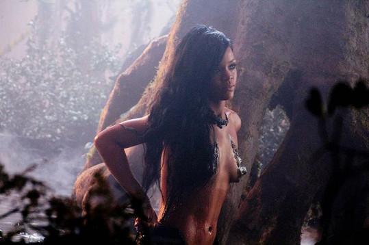 Rihanna je v klipu hodně sexy.