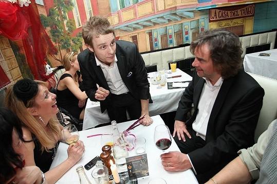 Tomáš Matonoha s manželkou Lucií Benešovou a kouzelníkem na karnevalu v argentinské restauraci