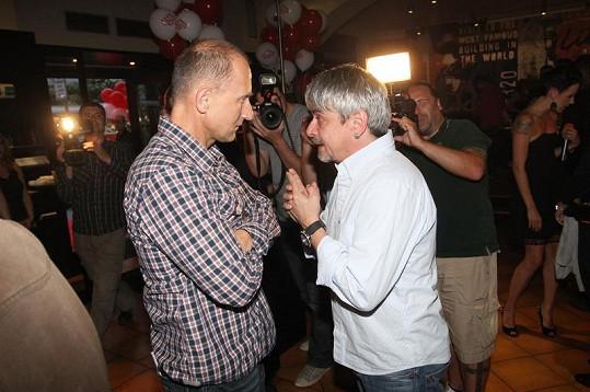 Josef Carda s Michalem Suchánkem v družném hovoru.
