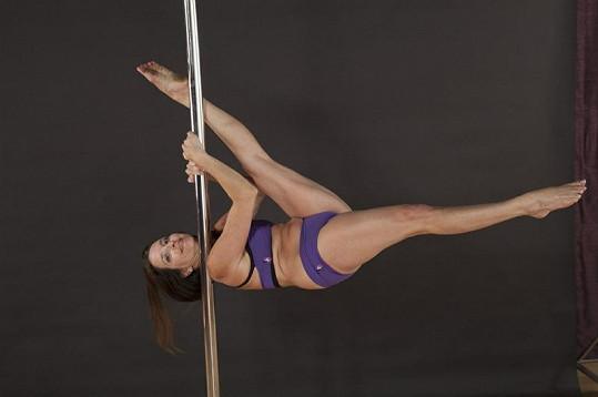 V Pole dance se prý snoubí zábava a skvělá forma posilování.