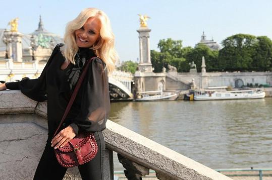 Táňa pózuje u nejkrásnějšího pařížského mostu Alexandra III.