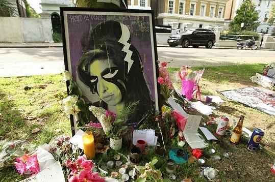 Vkazy a dárky, které zesnulé zpěvačce nechávají fanoušci u domu, kde zemřela.
